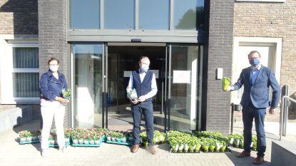 Gemeente schenkt bloemen aan bewoners en medewerkers van woonzorgcentrum Sint-Vincentius