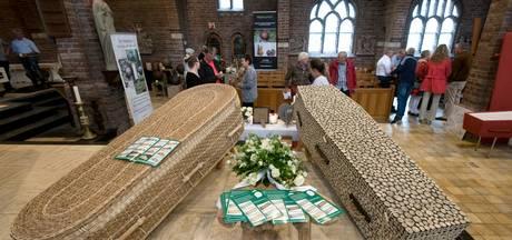 Kramen vol urnen en troostknuffels in Huissense kerk