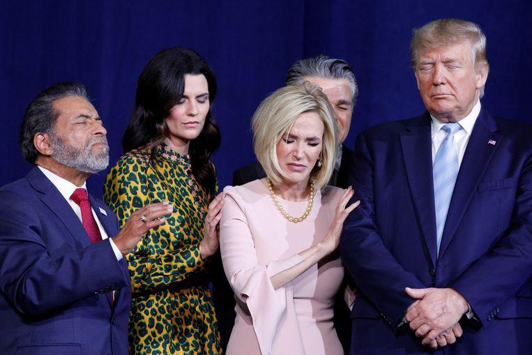 President Donald Trump met biddende aanhangers op een bijeenkomst van Evangelicals for Trump, een coalitie die zich inzet voor zijn herverkiezing. Beeld Reuters