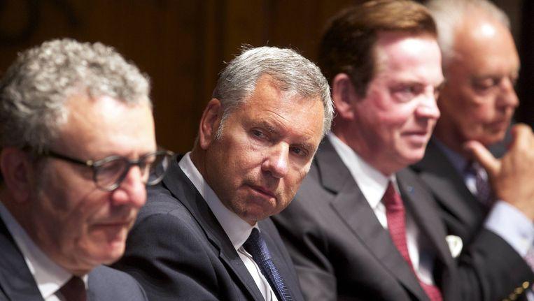 Alain Courtois (tweede van links) werd zwaar aangepakt. Beeld BELGA
