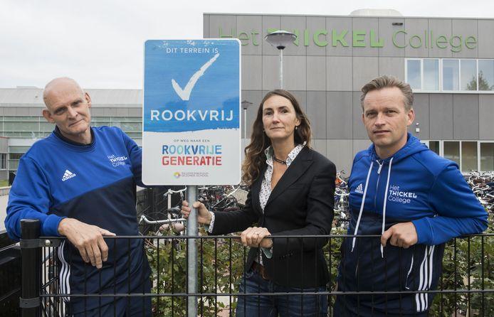 Initiatiefnemers Martin Bakker, Merle Busscher en René Hoek (v.l.n.r.) van het Twickel College zijn blij met het effect van het verbod.