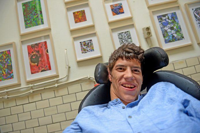 Andrei Fokkink maakt kunst met zijn ogen. Hij zet zich in voor gehandicapten in Roemenië.