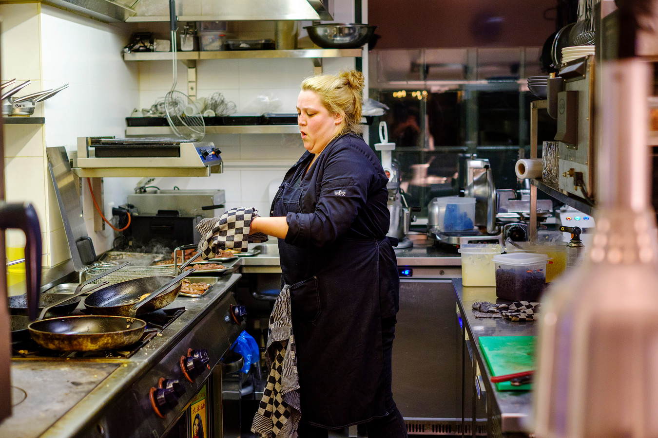 Merel de Bruijn is normaal gesproken gastvrouw bij de Bistronoom. Gisterenavond stond ze achter de pannen, maar dat leverde haar wel pijnlijke blaren op door vetspetters van de parelhoen.