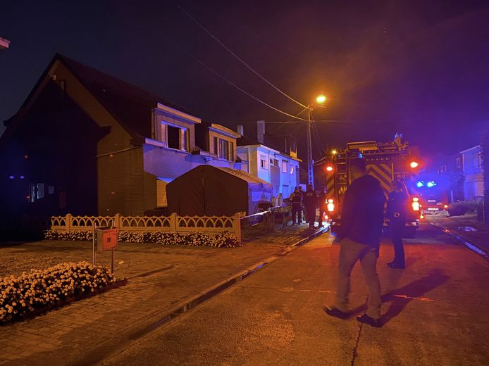 Na de brand werd in de woonkamer van de woning het levenloos lichaam aangetroffen van de bewoner.