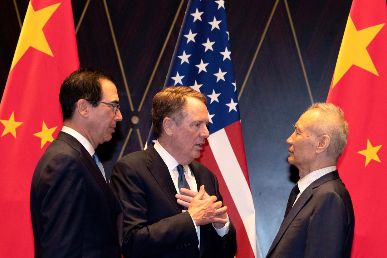 Robert Lighthizer (midden) met Liu He (rechts) en Steven Mnuchin (links), die nu de handelsdeal hebben geëvalueerd, na gesprekken over handel in de zomer van 2019. Beeld AP