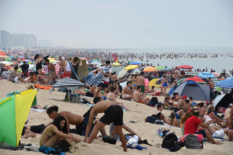 Augustus 2020. De hittegolf lokt een massa toeristen naar het strand. Plots loopt het fout.