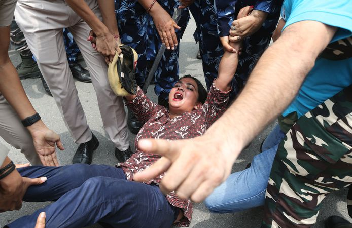 De politie in India hield meerdere mensen aan die vandaag demonstreerden tegen het gebruik van Pegasus-spionagemateriaal.