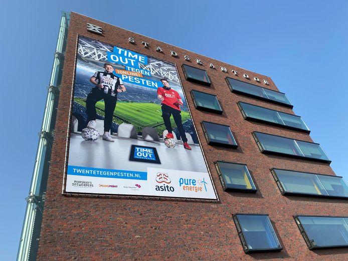 Een spandoek tegen pesten op het stadskantoor in Enschede.