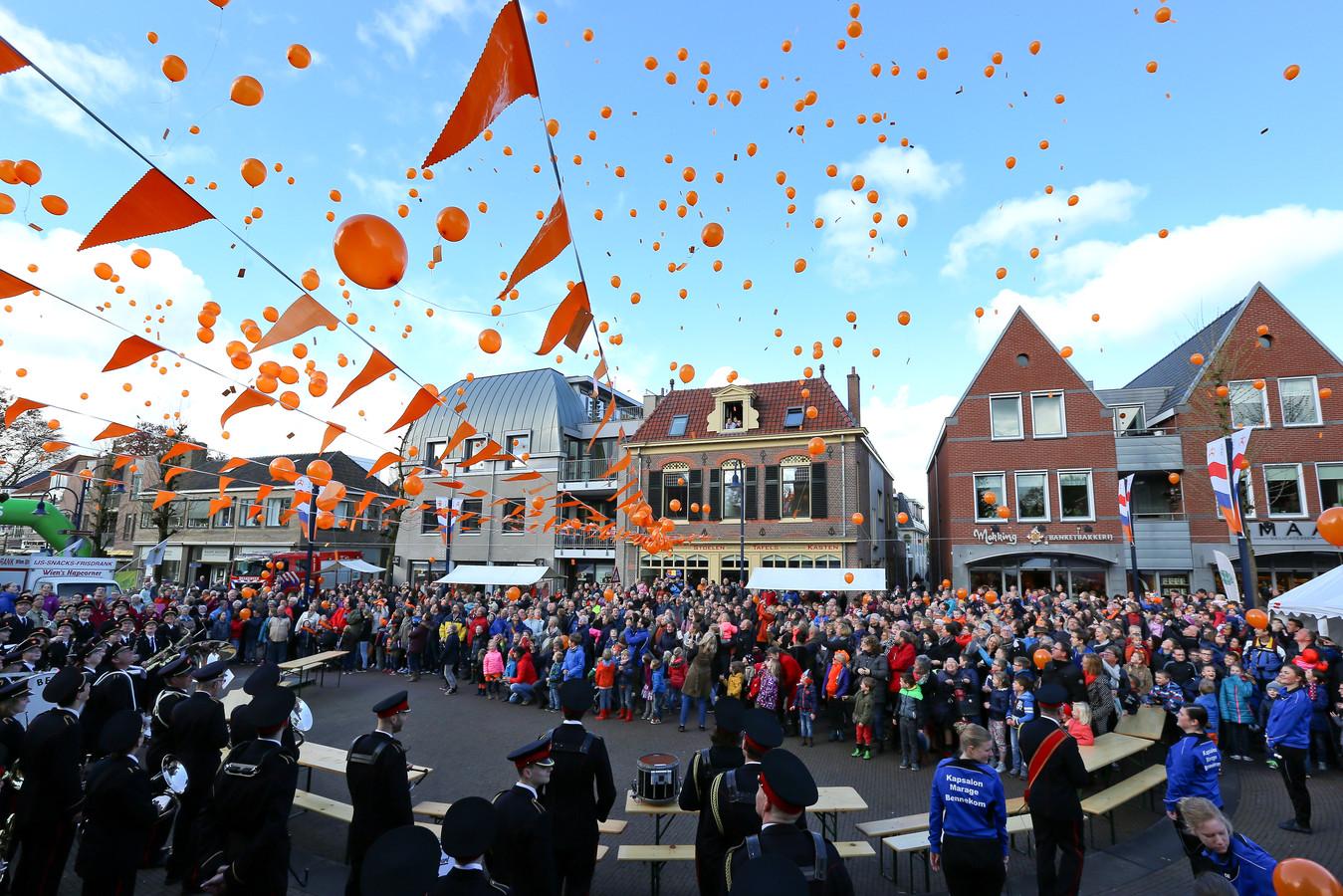 Ballonnen oplaten tijdens een eerdere uitgave van Koningsdag in Bennekom.