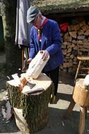 Carel Jeuken demonstreert het met de hand klompen maken bij Van Kaathoven in Schijndel.