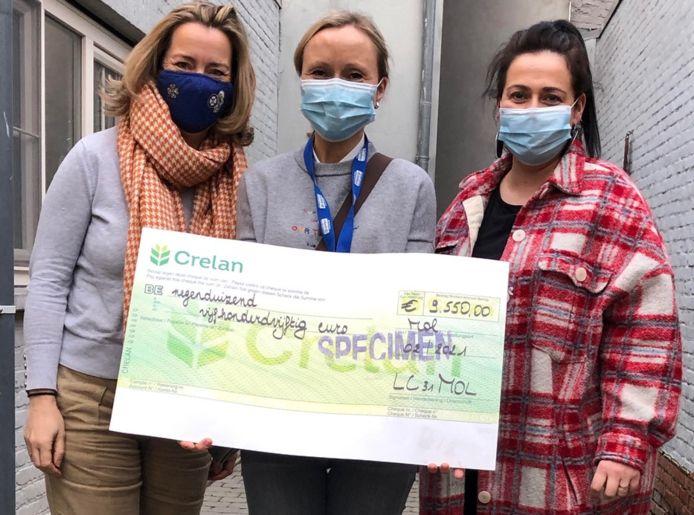 Tessa Van Der Haar, Anne-Catherine Triest en Katerina Vaitsoudis met de cheque voor het goede doel