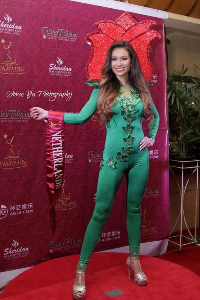 Tessa in een op de tulp geïnspireerd outfit tijdens de succesvolle verkiezing op de Filipijnen.