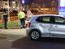 Scooter knalt op auto, bestuurder en kind naar ziekenhuis