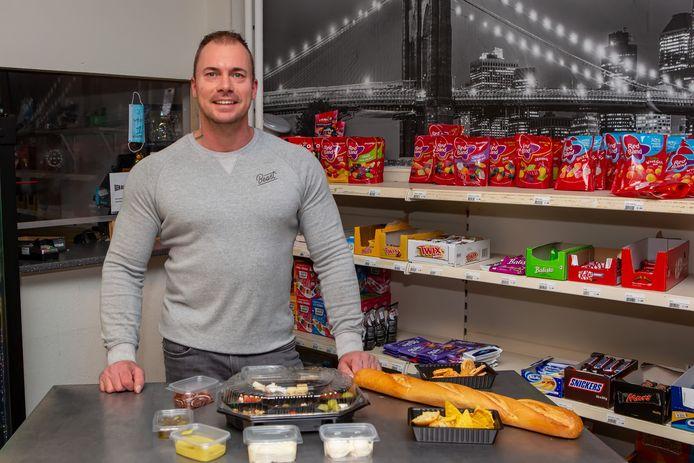 """Chris Govaarts van Nachtwinkel Bergen op Zoom heeft de bezorging uitgebreid naar vijf dagen per week. ,,We concentreren ons op eten. Vooral hapjes; Spaans, Italiaans en Mexicaans. Dat deed het al goed. Nu dekt het de personeelskosten en is het een houvast om niet meteen om te vallen."""""""