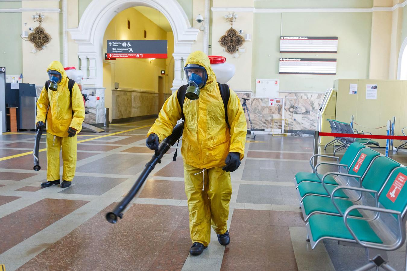 Het treinstation in Moskou wordt gedesinfecteerd.