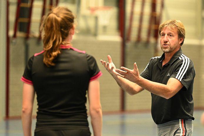 Joan Meeuws geeft uitleg tijdens de training van de handbalsters van HVW.