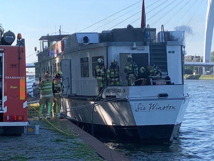 Brandweermannen aan boord van het schip