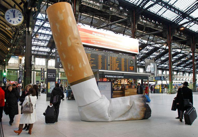 Op Gare de Lyon in Parijs werd al in 2012 campagne gevoerd tegen het weggooien van sigarettenpeuken. Beeld AP