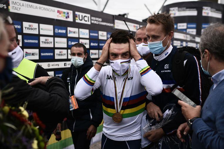 Julian Alaphilippe loopt door de mixed zone na zijn wereldtitel in Imola, vorig weekend. Beeld AFP