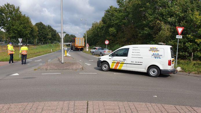 OP de Euregioweg in Enschede ligt olie op het wegdek. De weg is hierdoor afgesloten.