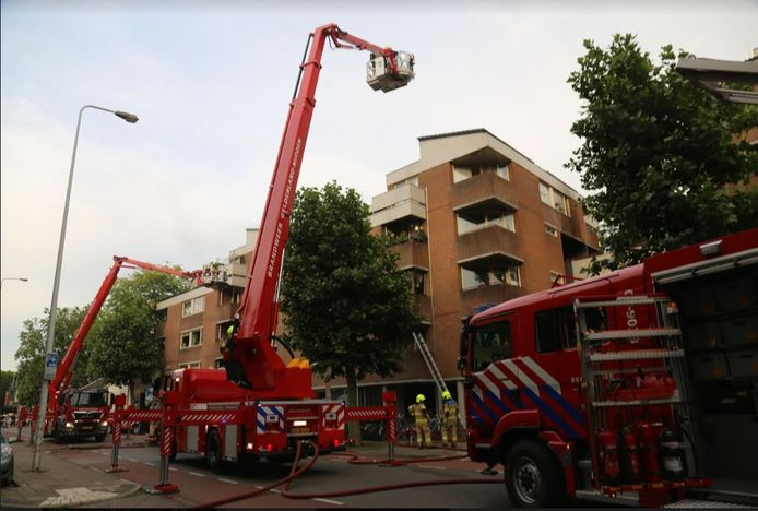 De bewoners werden met een hoogwerker gered.