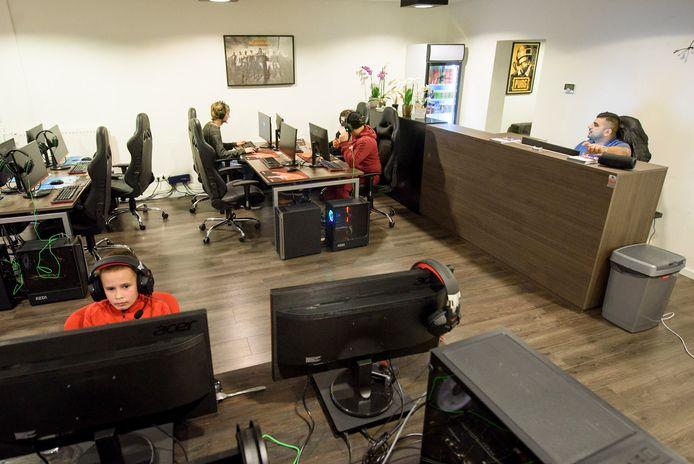 Voor gamers is er sinds kort een gameroom op de Schootsestraat.