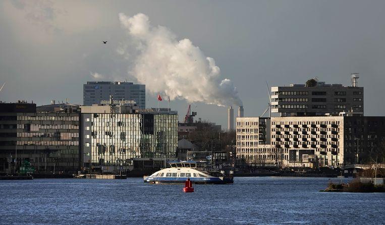 Pont over het IJ. Op de achtergrond de rookpluimen van de AEB afvalcentrale   Beeld Hollandse Hoogte / Berlinda van Dam