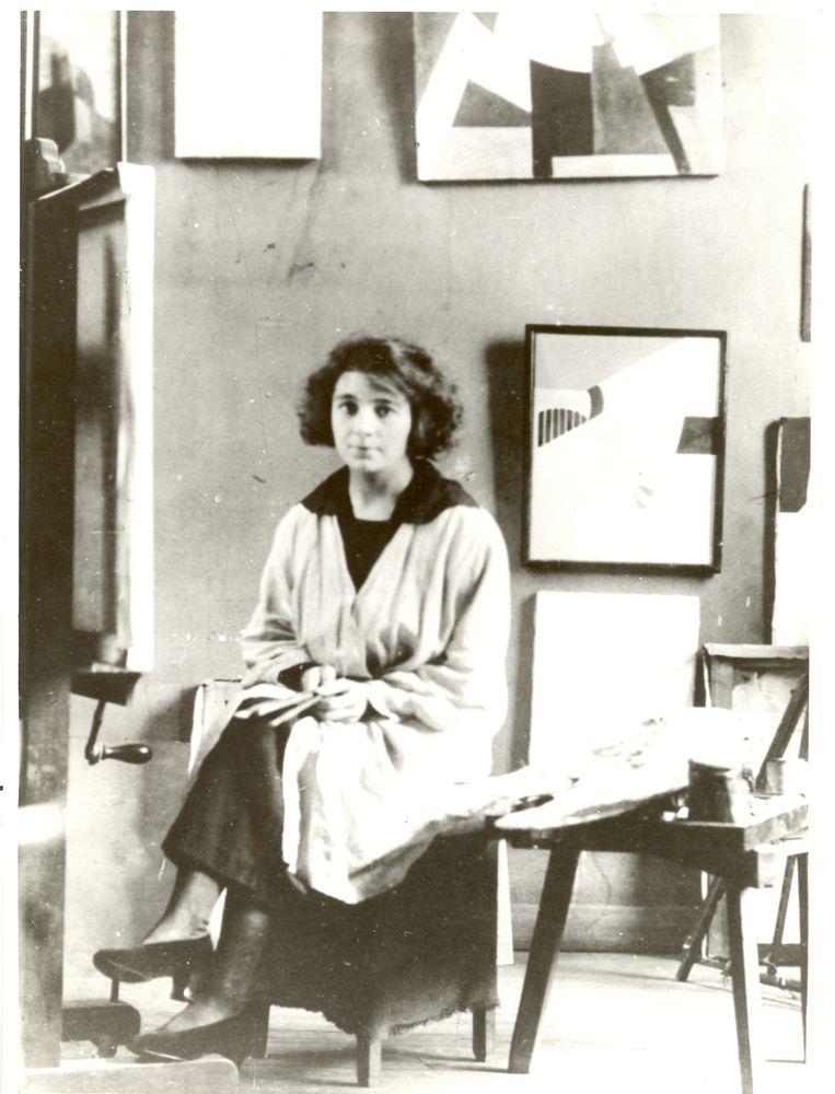 Marthe Donas in haar atelier in de rue du Dépard 26 in Montparnasse in 1917. Beeld rv