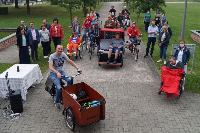 De crowdfundingcampagne werd afgetrapt aan het kasteel van Dominiek Savio, waarbij de verschillende partners enkele rondjes fietsten op het domein.