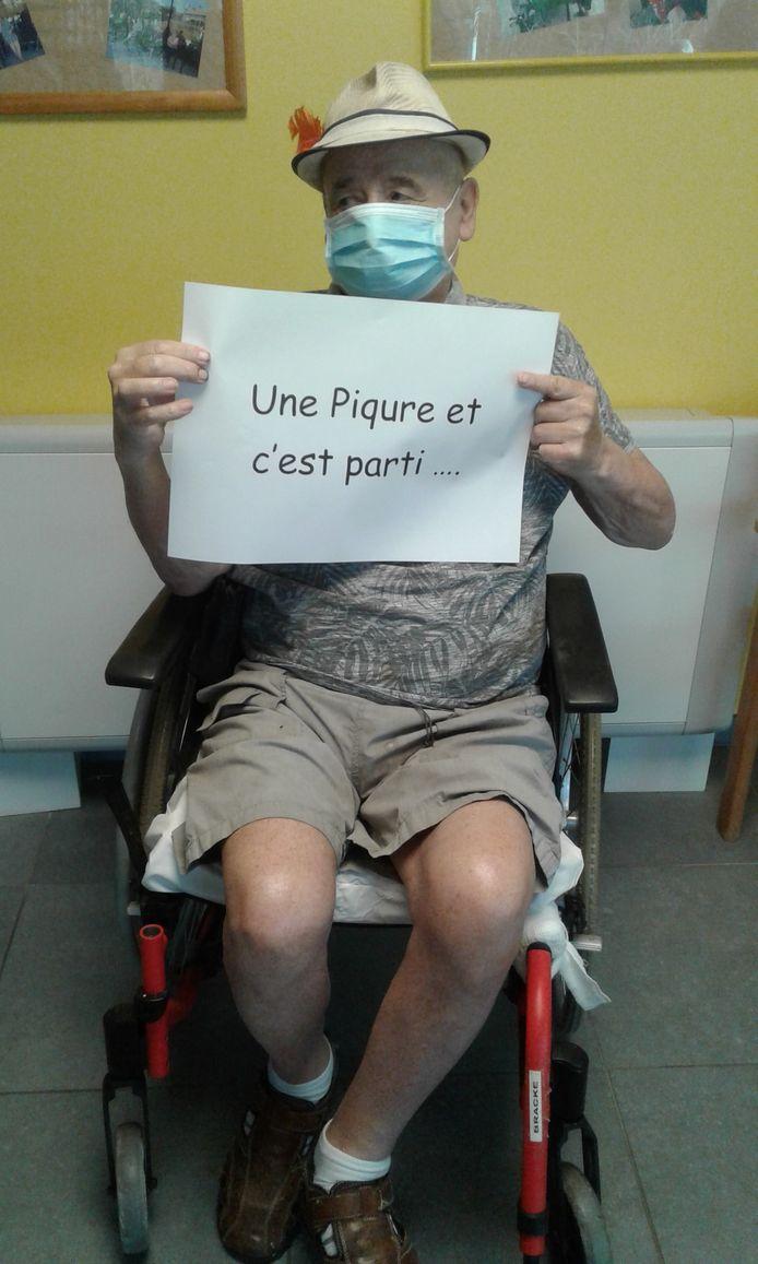 Un résident d'une des maisons de repos du CPAS de Charleroi a pris sa vaccination avec humour
