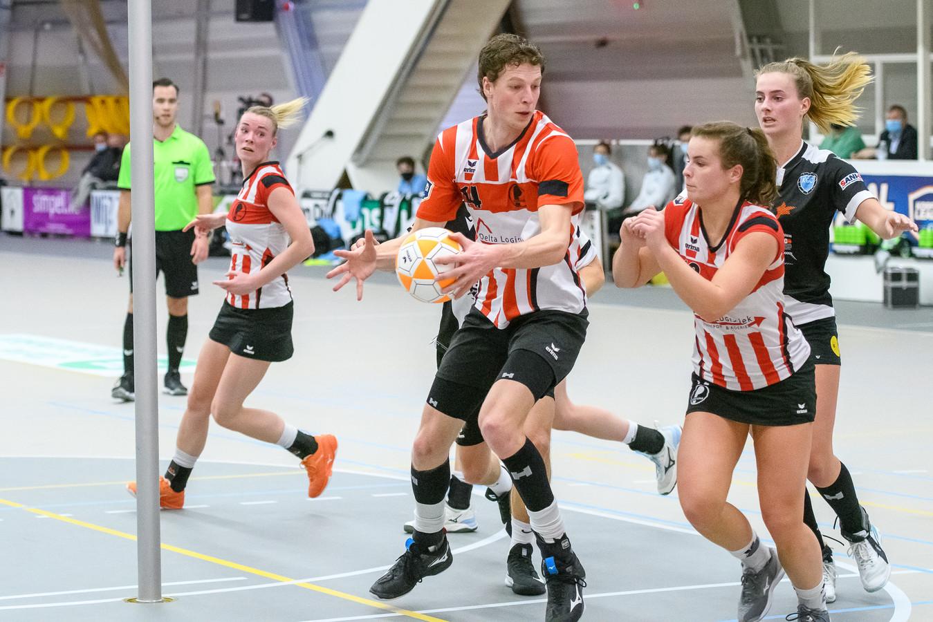 Het korfbalduo Harjan Visscher en Marieke Klaver stond namens Fortuna tegen KCC zelfs in één vak.  Foto: Patrick Dolkens