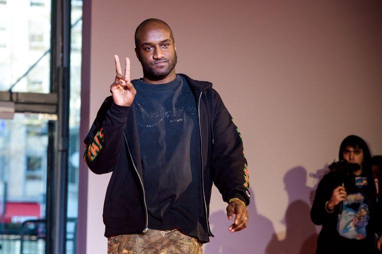 Virgil Abloh eerder dit jaar tijdens de Parijse modeweek. Toen presenteerde hij de nieuwe Off-White-collectie, nu zal hij 'de codes van Louis Vuitton herschrijven'. Beeld EPA
