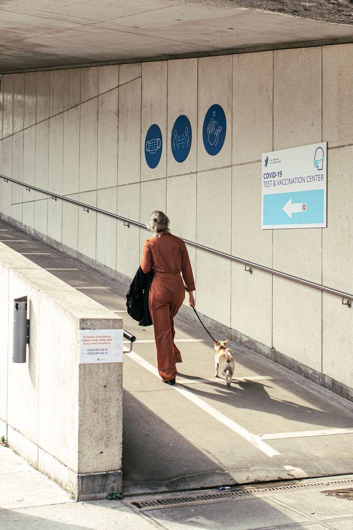 Cette femme se rend à pied dans un centre de dépistage au cœur de Bruxelles.