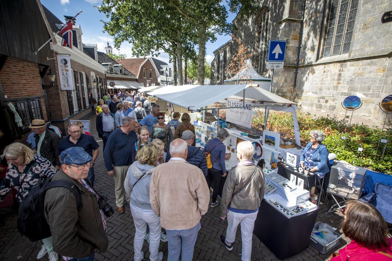 Drukte in het centrum tijdens het evenement Kunst in Ootmarsum.