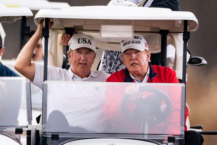 De Amerikaanse president Trump, die zaterdag een partijtje golf speelde, wil een tweede hertelling van de stemmen in Georgia.