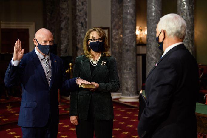 Mark Kelly (links) wordt ingezworen door vicepresident Mike Pence (rechts) in het gezelschap van zijn vrouw Gabby Giffords.