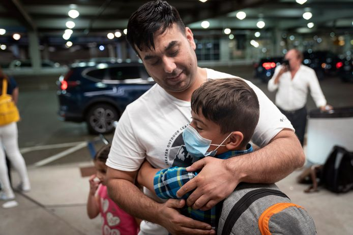 Een vader en zijn zoontje worden herenigd op Minneapolis-St. Paul International Airport, in Minneapolis, nadat een deel van de familie in Kaboel vast kwam te zitten.