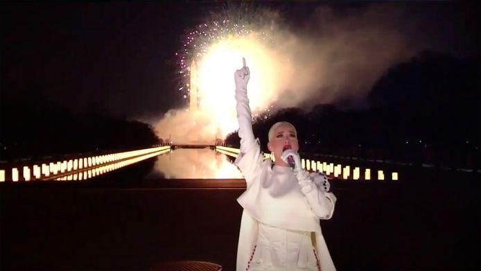 """Katy Perry a chanté """"Firework"""" dans l'émission télé  """"Celebrating America"""" qui célébrait  l'inauguration de Joe Biden en tant que président des États-Unis et de Kamala Harris en tant que vice-président des États-Unis."""