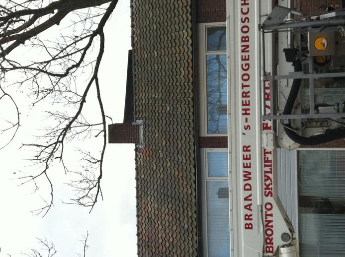Op de Schanswetering in Orthen (Den Bosch) moest de brandweer hulp bieden omdat de wind een stuk dakbedekking had losgeblazen.