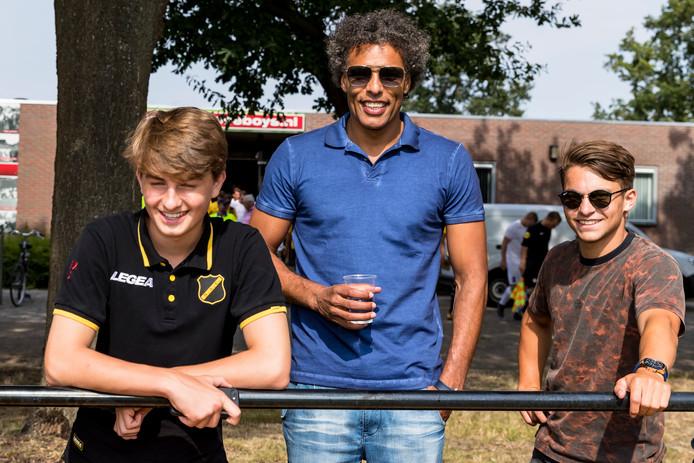 Pierre van Hooijdonk zaterdag langs de lijn bij Madese Boys - NAC, waar zijn zoon Sydney de vijfde goal maakte.