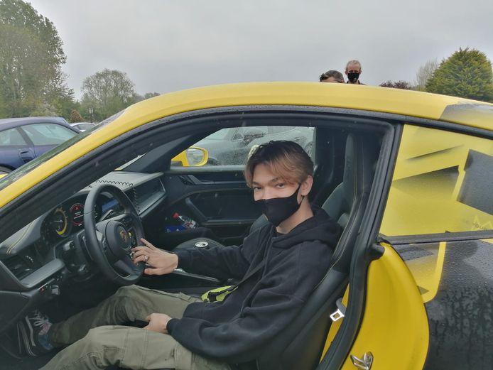 Samuel in één van de rallywagens.