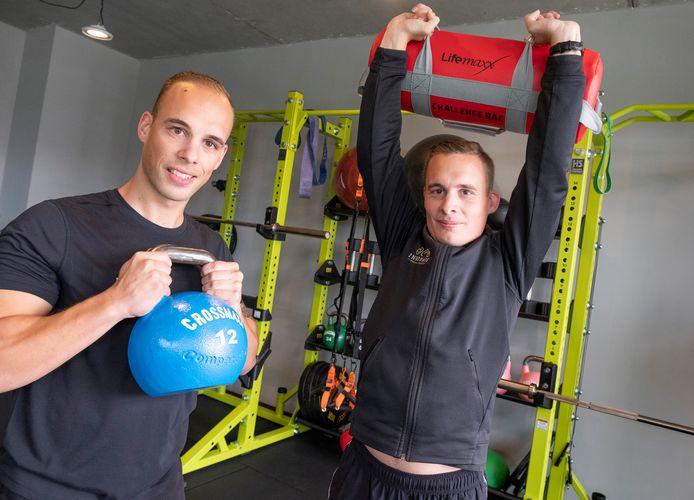Romeo (l) en Jasper de Kraker in het trainingscentrum in Goes.