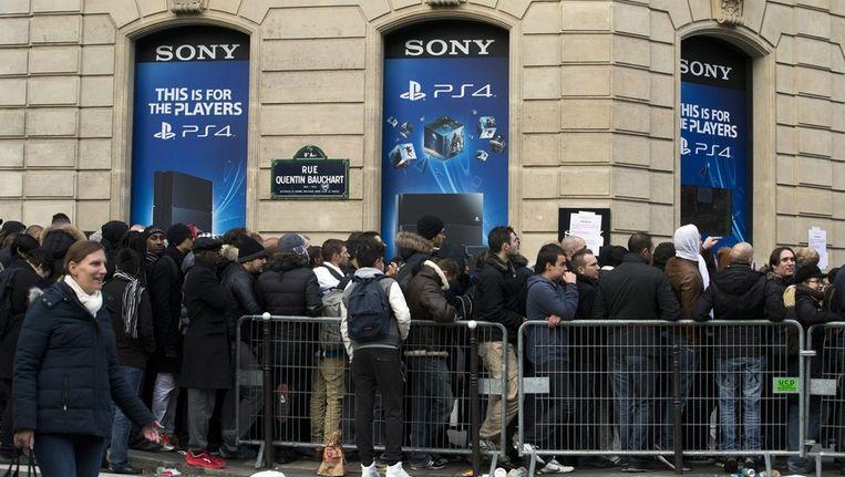 Honderden Parijzenaren wachten voor de Sonywinkel. Beeld EPA