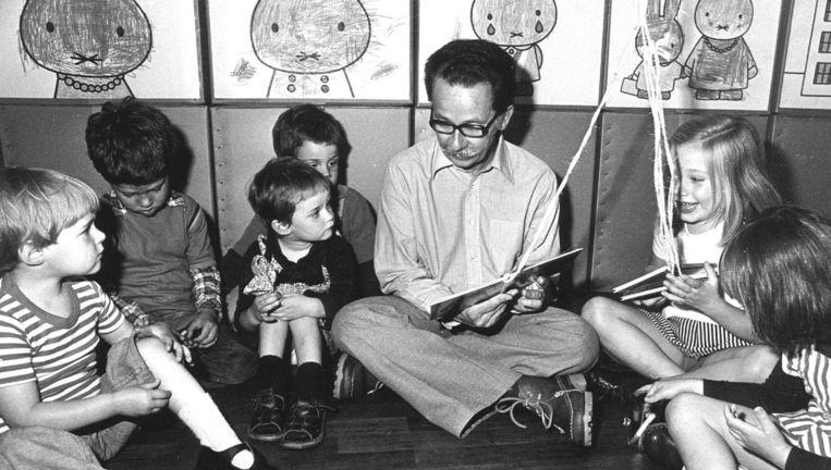 Dick Bruna leest kinderen voor in 1977. Beeld anp