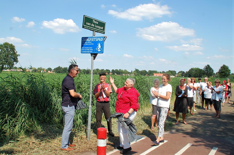 Zangfietspad in Oirschot werd afgelopen donderdag officieel geopend door Santé, met wethouders Piet Machielsen en Esther Langens.