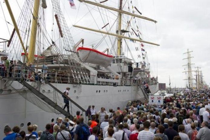 Bezoekers vergapen zich zaterdag aan de schepen tijdens de derde dag van Sail in Amsterdam. ANP