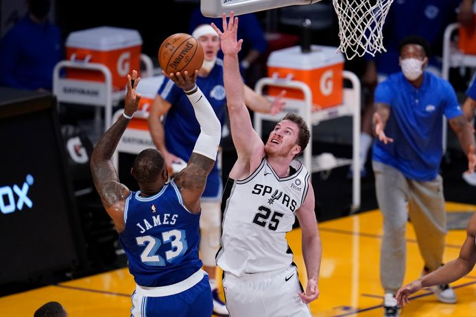 Jakob Pöltl probeert een schot van LeBron James te blokkeren.