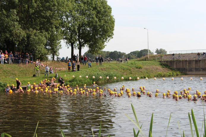 De zwemmers op het moment van de start in de Berkel.