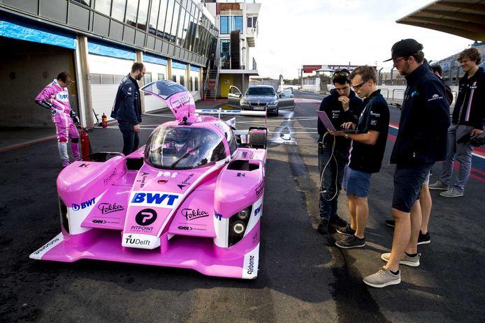 Studenten van de TU Delft testen op het circuit van Zandvoort een raceauto op waterstof.