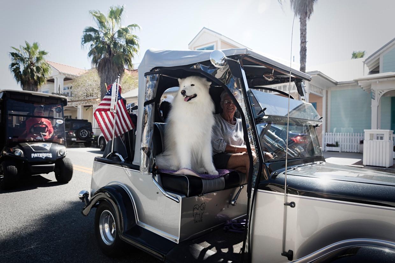 Inwoners van The Villages in Florida vervoeren zich vaak met golfkarretjes.  Beeld Daniel Rosenthal / de Volkskrant